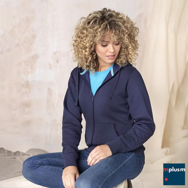 Model trägt Pullover mit Kapuze in navy