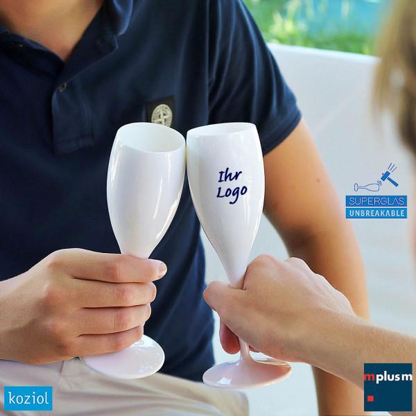 Unzerbrechlich schön: Sektglas Cheers von Koziol. Aus Superglas Kunststoff mit Logo Druck lieferbar.