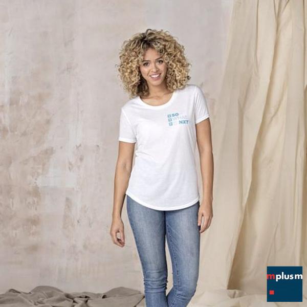 Model trägt weißes T-Shirt mit Logo--Druck auf der Brust