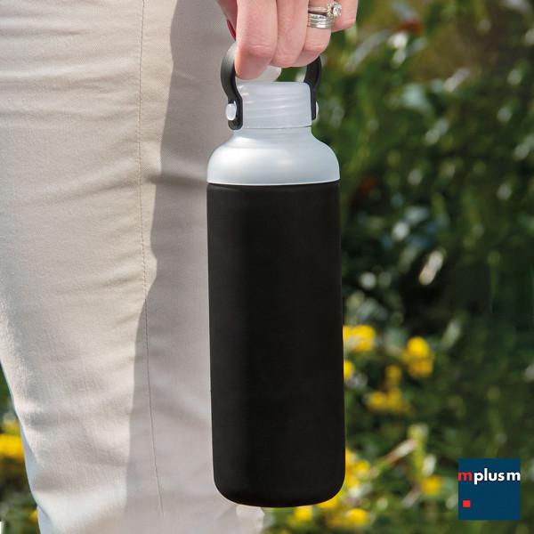 Mehrweg Trinkflasche aus Glas mit Silikonhülle und praktischem Tragegriff. Nachhaltiger Werbeartikel..