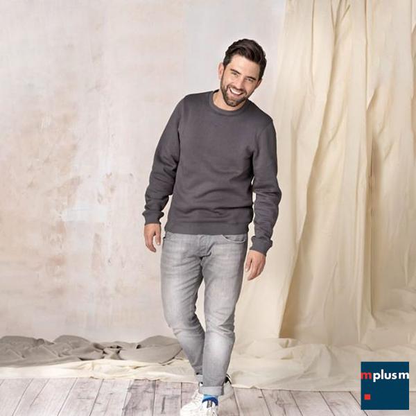 Model trägt graues nachhaltiges Sweatshirt. Individuell mit Logo zu bedrucken