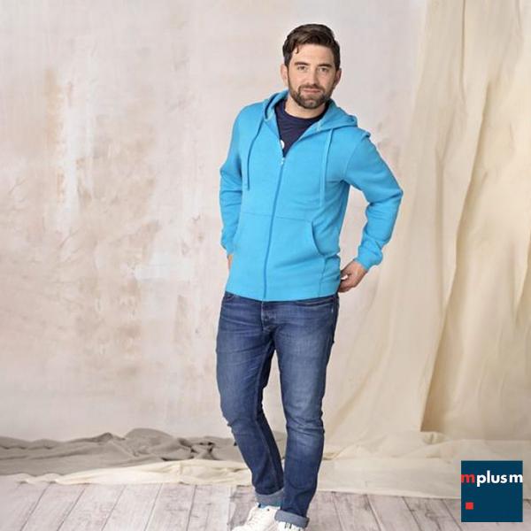 Model trägt hellblauen Hoddie mit Kapuze. Mit Logo bedrucken